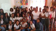 Les élèves de DIS-MOI Medco visitent les résidentes de Passerelle