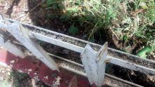 Pour décourager les cambrioleurs : un résident d'Albion installe une clôture dangereuse sur la voie publique