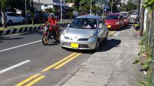 Parking sauvage : une double ligne jaune snobée par… des policiers