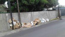 Route Hugnin, Rose-Hill : ils déposent leurs déchets sur le trottoir du voisin
