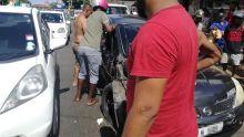 Petite-Rivière : une voiture percute deux véhicules, le conducteur prend la fuite