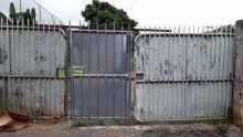 Rivière-des-Anguilles : le portail d'un terrain de football «accidentellement» soudé
