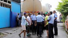Deux camions citernes sous forte escorte policière