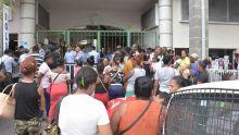 Post-inondations : des sinistrés devant le poste de police de Pope Hennessy