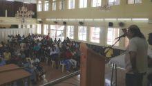 Lors d'une assemblée, dimanche : les employés de l'industrie sucrière brandissent la menace de grève