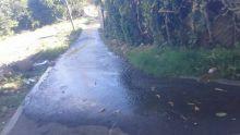 À Pailles : l'eau s'écoule sur la route