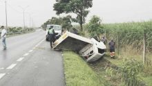 Mapou : une camionnette finit les quatre roues en l'air