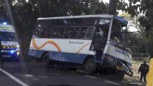 Flacq : un minibus avec à son bord des écoliers fait une sortie de route