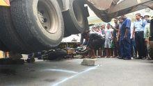 Accident fatal : la longue et difficile opération pour retirer la moto de Ryan Azie coincée sous un camion