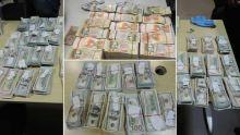Blanchiment allégué : un homme arrêté à l'aéroport avec de l'argent caché dans la doublure de son sac