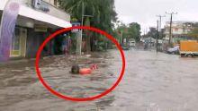 Trou-aux-Biches : quand la route se transforme en rivière, un baigneur en profite
