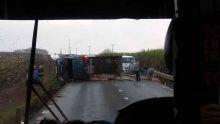 Rivière-du-Poste : un camion transportant des pochettes de ciment se renverse sur le flanc