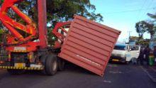 St-Paul : un conteneur se détache d'un camion