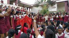 Six lauréates : « Curé je t'aime, Curé je t'adore, anou ale nouale mo coco…» chantent les filles