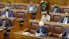 Assemblée nationale : masque noir pour les députés de l'opposition en protestation à la présence d'Ivan Collendavelloo