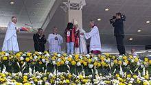Le pape François repart avec un maillot de foot à son nom de la messe
