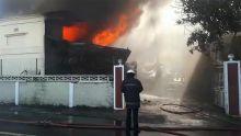 Vallée-des-Prêtres : Un entrepôt en feu, les pompiers sur place