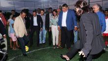 Rose-Hill : Ivan et Fazila tapent le ballon ensemble pour l'inauguration d'un mini soccer pitch