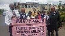 Le leader du Party Malin s'oppose à un policier qui lui reproche de parler trop fort