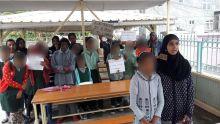 Port-Louis : des écoliers munis de pancartes protestent  car leurs salles de classe sont privées d'électricité