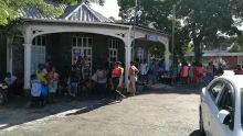 Devant le poste de police d'Abercombie : mécontentement des sinistrés des récentes inondations