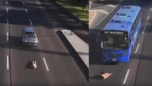 Un homme s'allonge sur la route et passe sous des véhicules!
