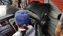 Sixième accident du genre à Bambous : une voiture finit sa course dans une boutique
