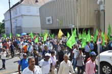 Manifestation des employés de l'industrie sucrière : «Aret fer dominer ar travayer», lance Ashok Subron