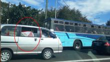 Insolite : elle utilise son parasol dans un véhicule pour se protéger contre le soleil