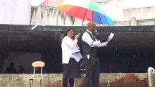 1er-Mai : la pluie joue un mauvais tour au leader du Party Malin, qui promet une pension aux élèves et chômeurs