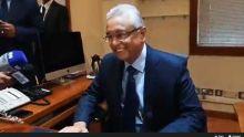 A quelques minutes de la présentation du Budget, Pravind Jugnauth se prête à une séance de photos