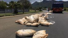 Moka : des sacs de sucre tombent d'un poids lourd, la circulation routière perturbée