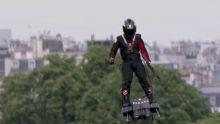 4 Minutes aux 4 Coins du Monde : Paris, un «homme volant» fait sensation hier au Défilé du 14 juillet sur les Champs-Elysées