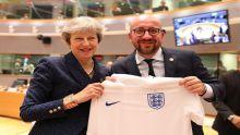 Mondial 2018 : le Premier ministre belge surprend Theresa May avec un maillot des Diables Rouges