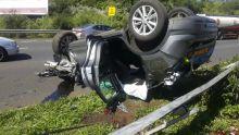 Réduit : une voiture s'écrase contre la barrière de sécurité et finit les quatre roues en l'air