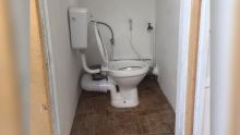 Toilettes du cimetière de Circonstance, Saint-Pierre : cherchez l'erreur !