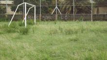 Terre-Rouge: un terrain de foot négligé, des joueurs désemparés