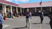 Quatre-Bornes : Xavier-Luc Duval présent dans l'enceinte de l'école Nellan depuis l'ouverture du centre de vote