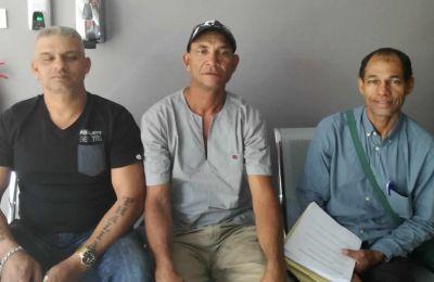 Le secrétaire et le président de Yéyé Offshore Fishing Co-operative Society en compagnie de Judex Rampaul.