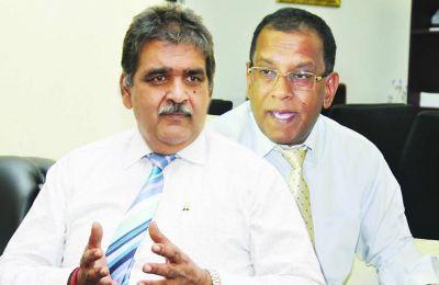 Phalraj Servansingh et le ministre Sunil Bholah