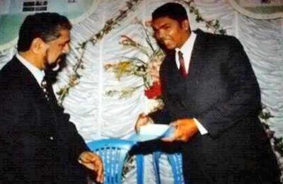 Ashik Jagai recevant un «Merit Award» de l'ex-président de la République, Cassam Uteem.