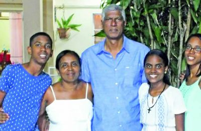 Julie entourée de sa famille: ses parents Gaëtan et Stella, Michael, son frère et Anaëlle, sa sœur.