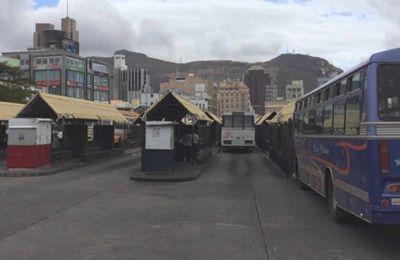 Des autobus individuels à la gare de l'Immigration, à Port-Louis.