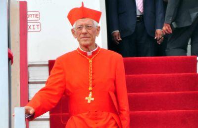 Le cardinal Piat à sa descente d'avion.