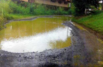 Une voie d'accès envahie d'eau.
