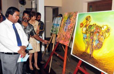 Dev Chooramun expliquant les ouvrages à Pradeep Roopun, le ministre des Arts et de la Culture  lors du vernissage.