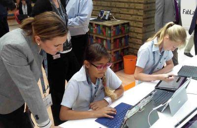 Des élèves testant des outils éducatifs numériques lors  du BETT Moyen-Orient Afrique.