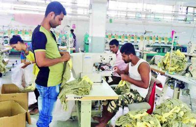 Mauriciens et Bangladais à l'oeuvre pour la production.