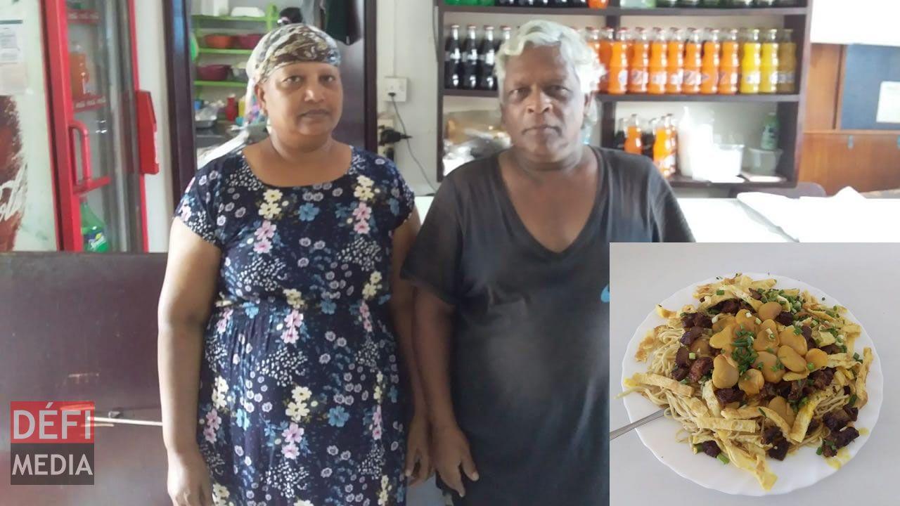 Chandralall Algoo en compagnie de son épouse qui gère la cuisine.