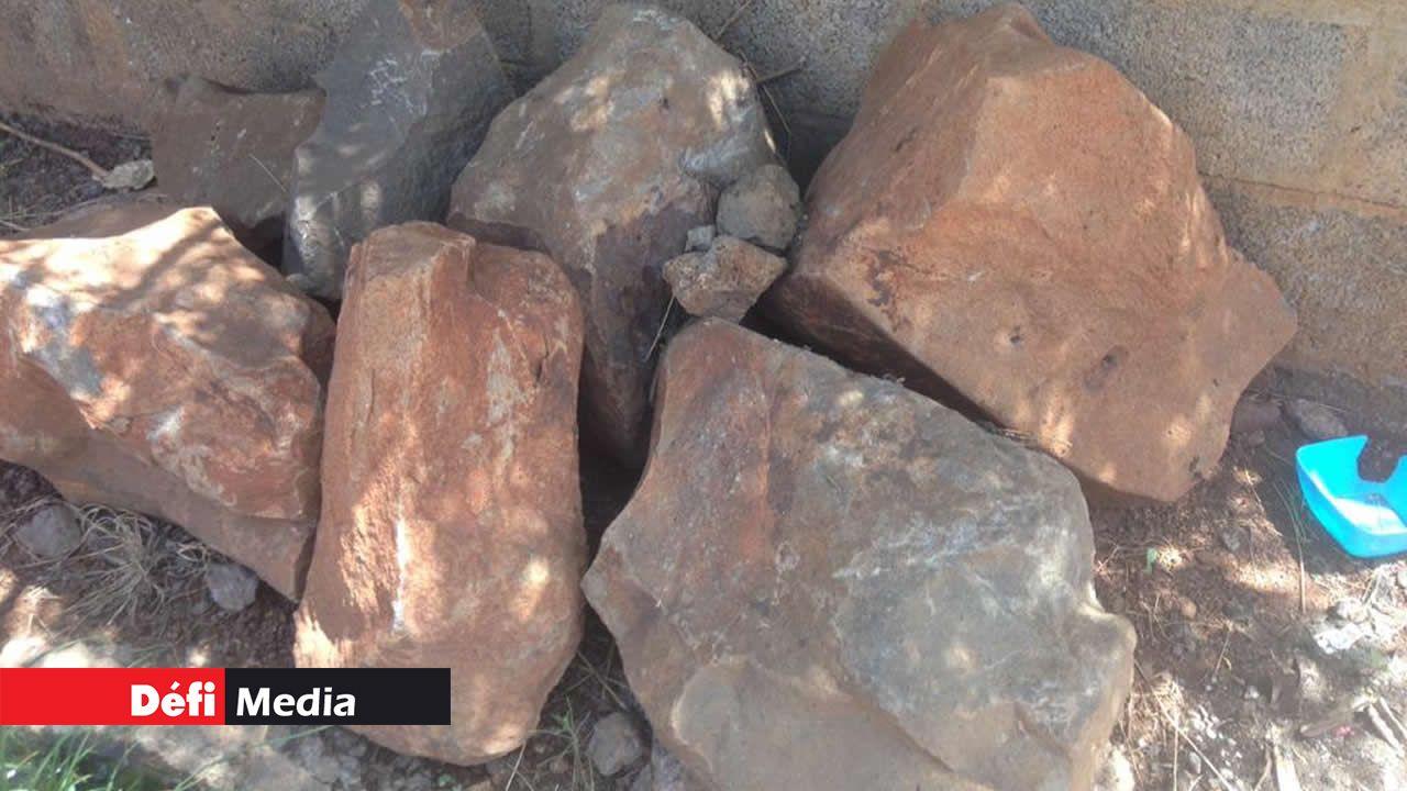 De grosses pierres restent entassées après des travaux de drains.